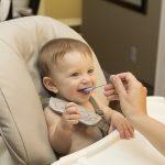 Quand commencer à nourrir les bébés avec des aliments solides ?